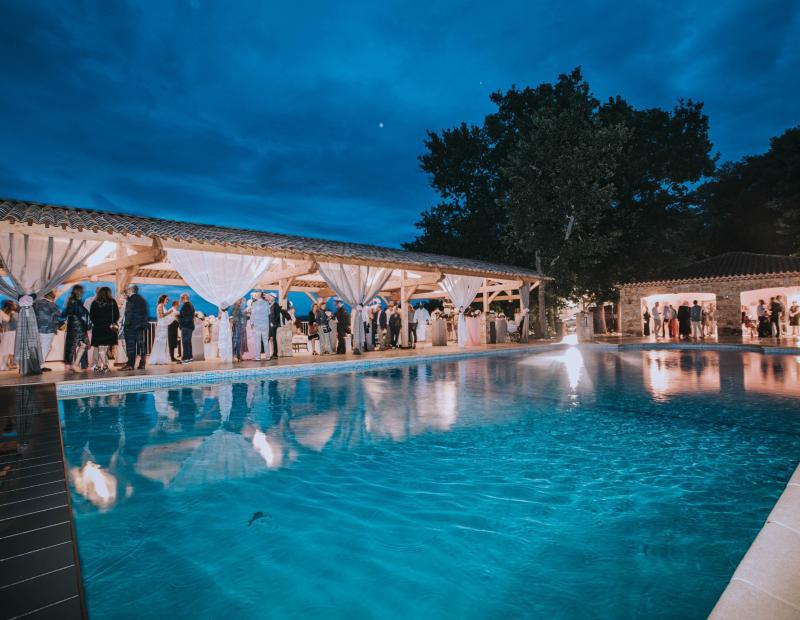 Scénariser le lieu de réception grâce à une décoration adaptée. Châteaux, domaines, salles, hôtels...