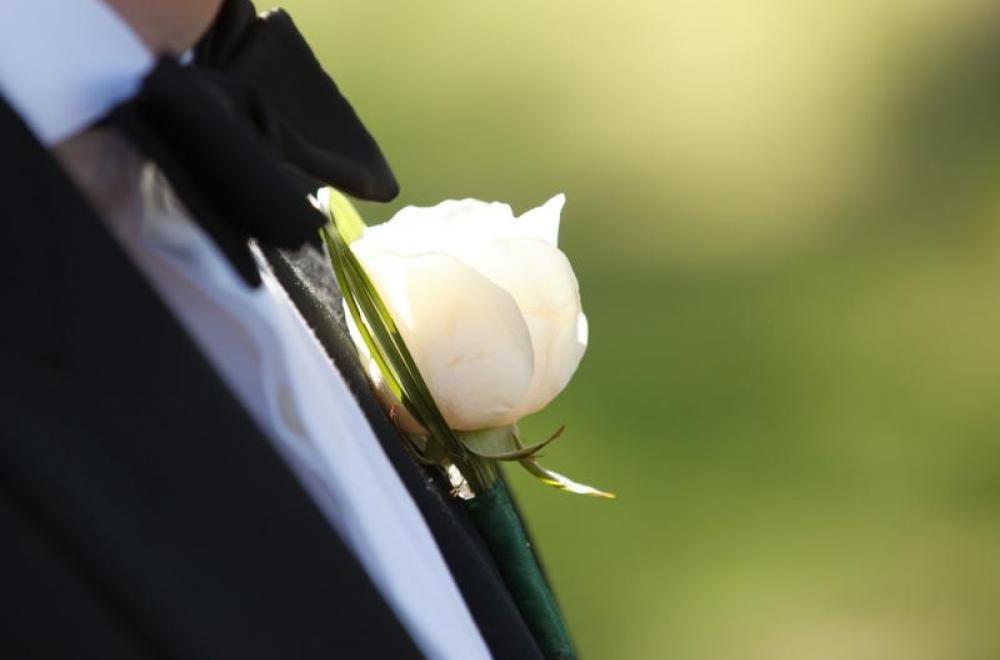 boutonnière de roses blanches