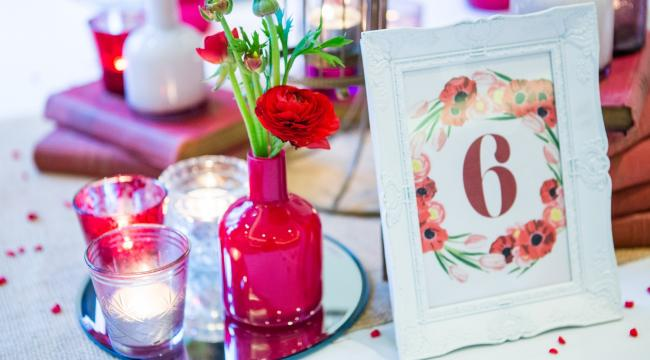 Mini vases, rappels de fleurs sur la table