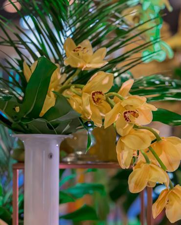Une décoration colorée pour un mariage tropical unique.