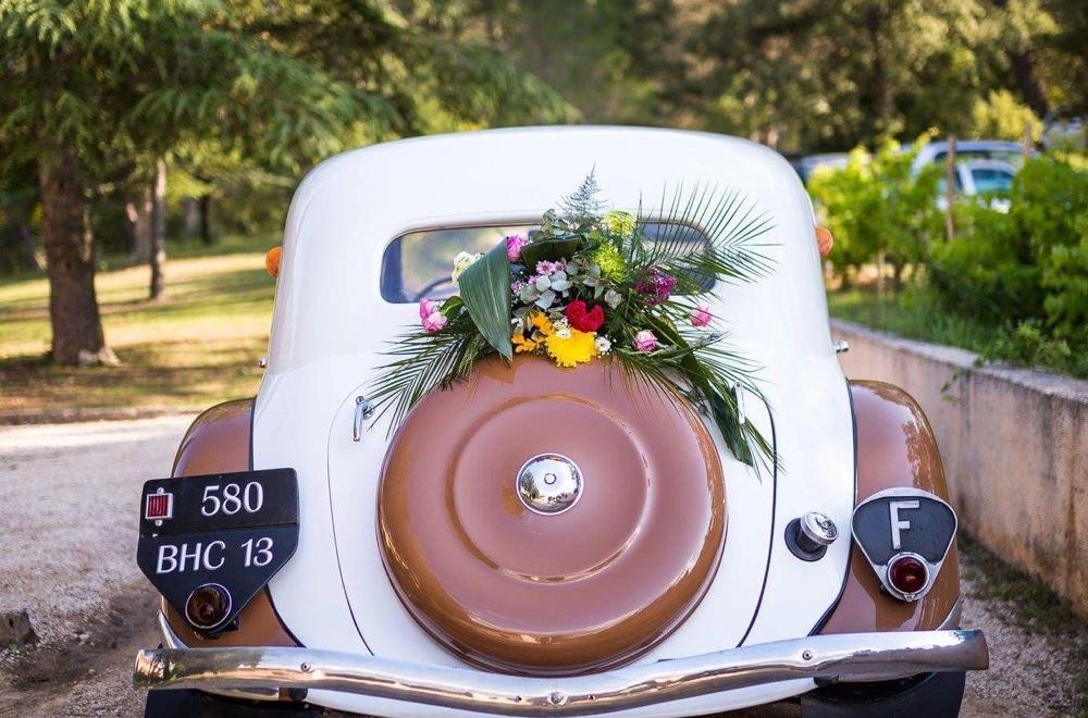 La décoration florale de la voiture des mariés