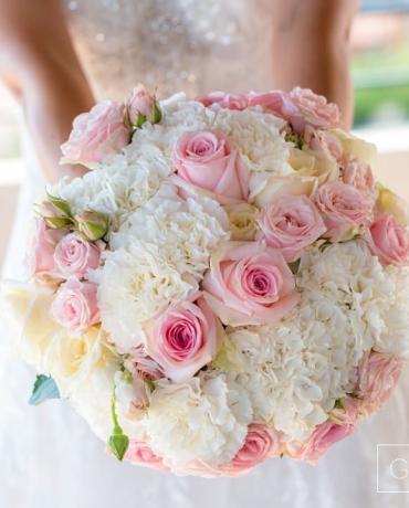 Le bouquet de la mariée et décoration florale du mariage