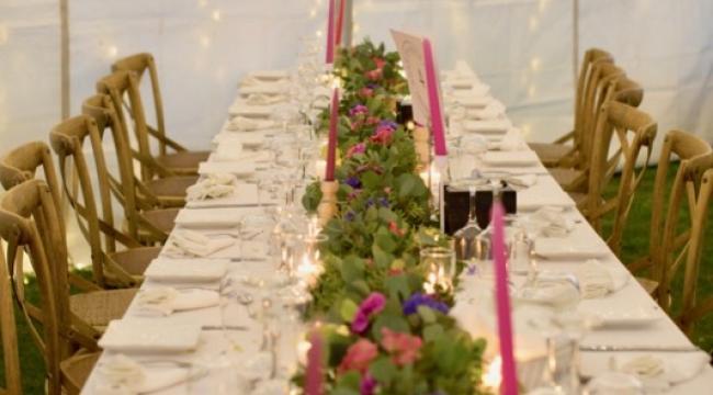 Guirlandes de fleurs, centres de table bas de fleurs et feuillage