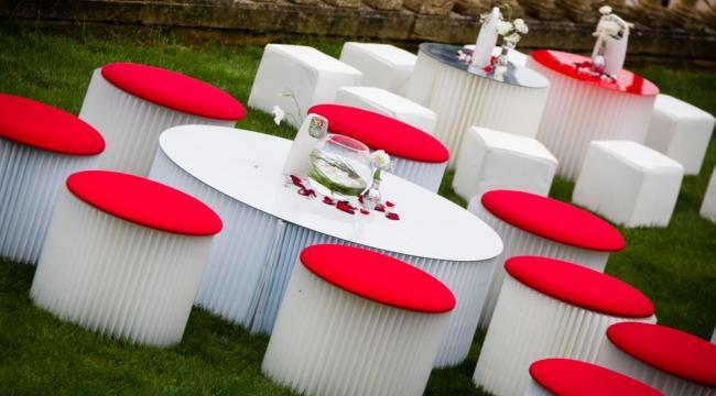 Poufs et tables basses modernes blanches, rouge, noir...