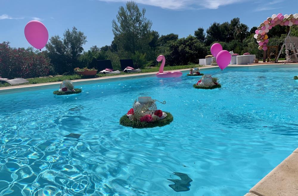 Un anniversaire en rose et gold, déco ballons, piscine et photocall