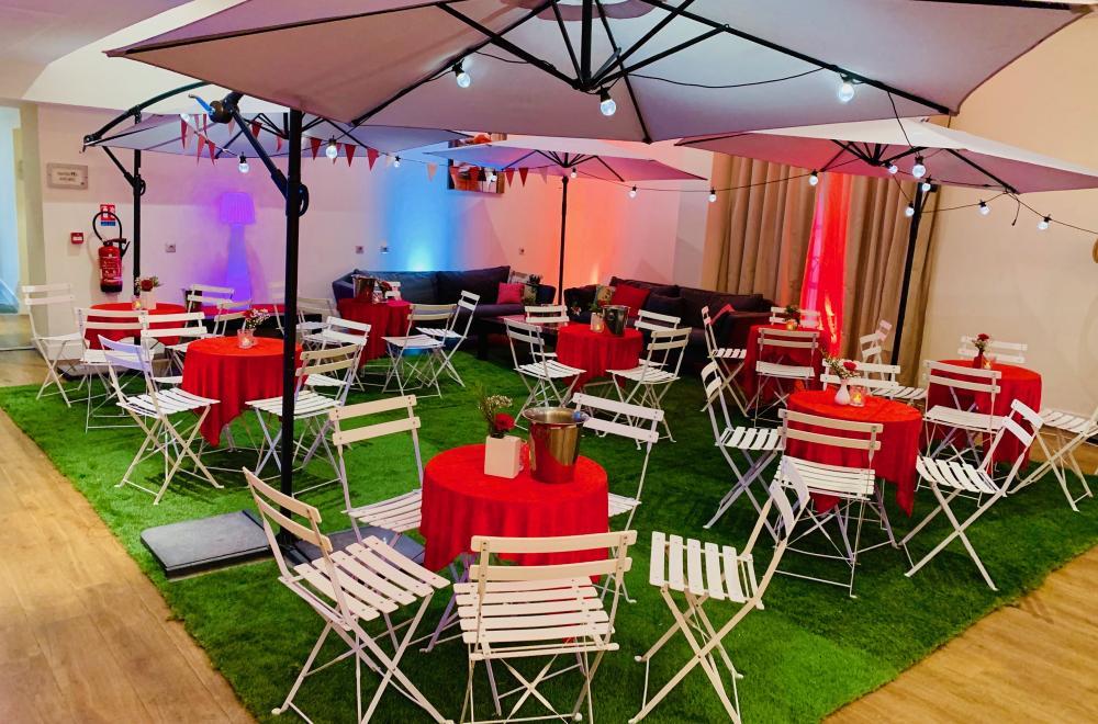 Location de mange debout, guéridons, tables de buffet, chiliennes, parasols