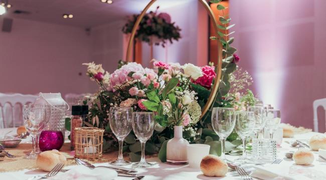 Hoop, cercle doré, et décoration florale basse élégante