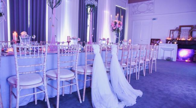 Vases hauts rose pâle, centres de tables romantiques