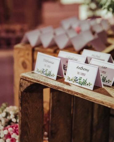 Le plan de table personnalisé dans le thème du mariage