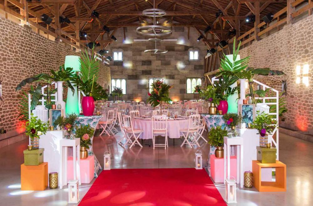 Décoration de tables de mariages colorés, fleurs et feuillages