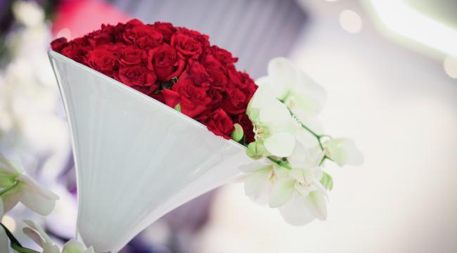 Les fleurs rouges, couleur de l'amour, décoration florale