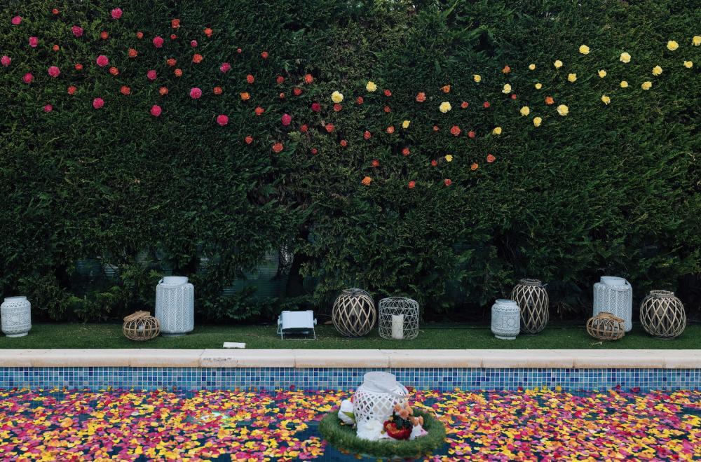 Décoration de piscine, fleurs et bougies