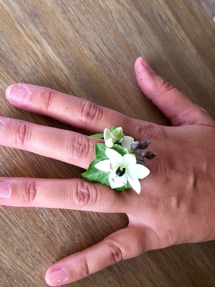 bijoux en fleurs fraiches pour les t moins mariage aix en provence. Black Bedroom Furniture Sets. Home Design Ideas