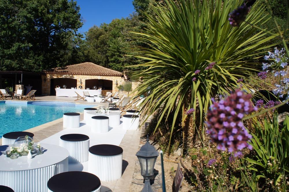 Decoration et mobilier: piscine de Roquefeuille - BLOG One Day Event