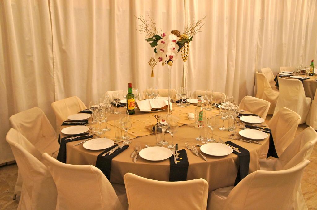 soir e en noir or et beige soir e ou mariage classique. Black Bedroom Furniture Sets. Home Design Ideas